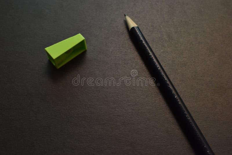 Sujet de papier : une agrafeuse, crayons et affûteuse photo stock