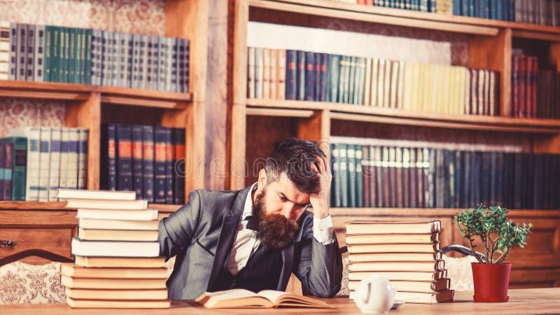 Sujet difficile, question embrouillante, étude, éducation, dur labeur, concept intellectuel de recherches L'homme s'assied à la t photographie stock