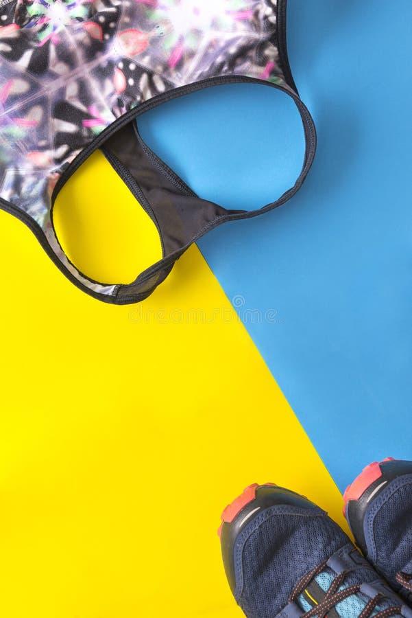 Sujetador coloreado de los deportes, zapatillas de deporte, zapatos azules de los deportes con amarillo y fotos de archivo
