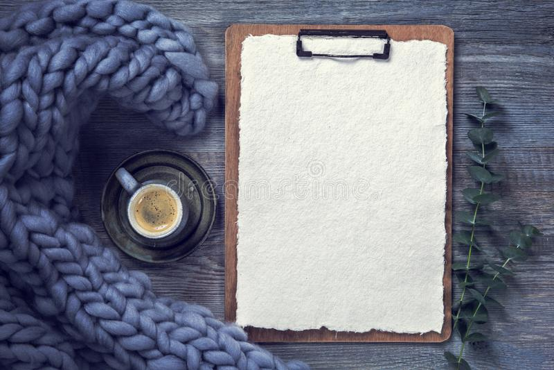 Sujetapapeles con el Libro Blanco foto de archivo libre de regalías