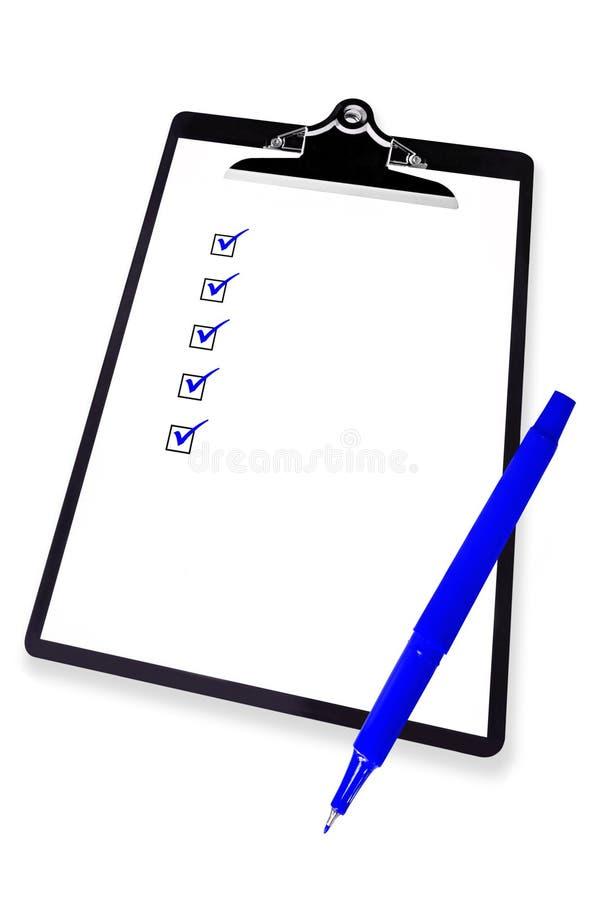 Sujetapapeles con la lista de comprobación y la pluma azul fotos de archivo libres de regalías