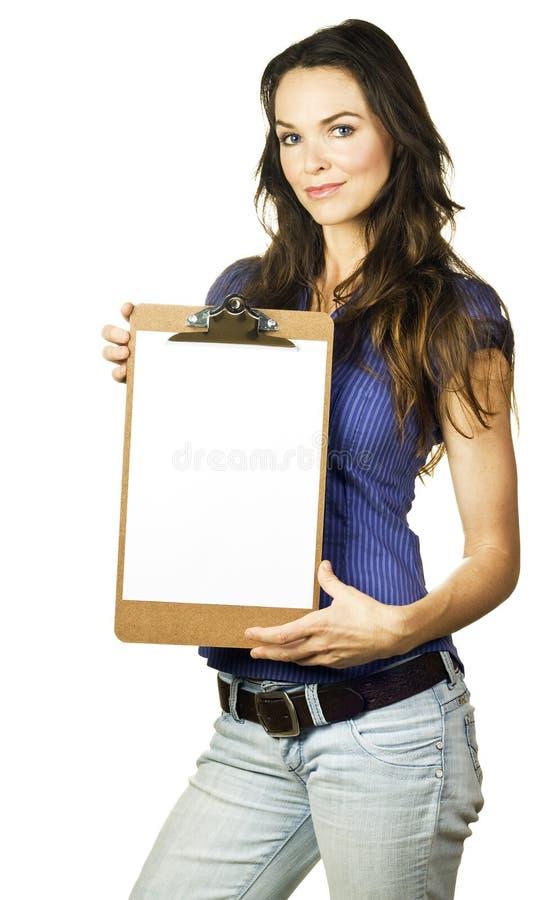 Sujetapapeles hermoso de la explotación agrícola de la muchacha con el papel en blanco imágenes de archivo libres de regalías