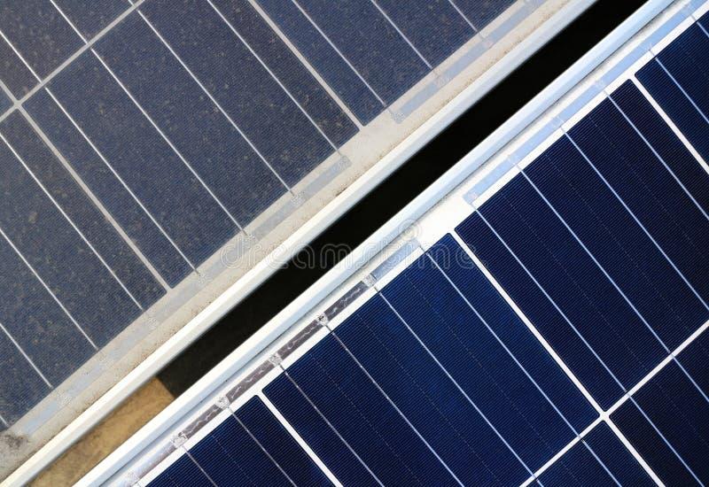 Sujo contra a opinião superior dos painéis fotovoltaicos limpos imagens de stock