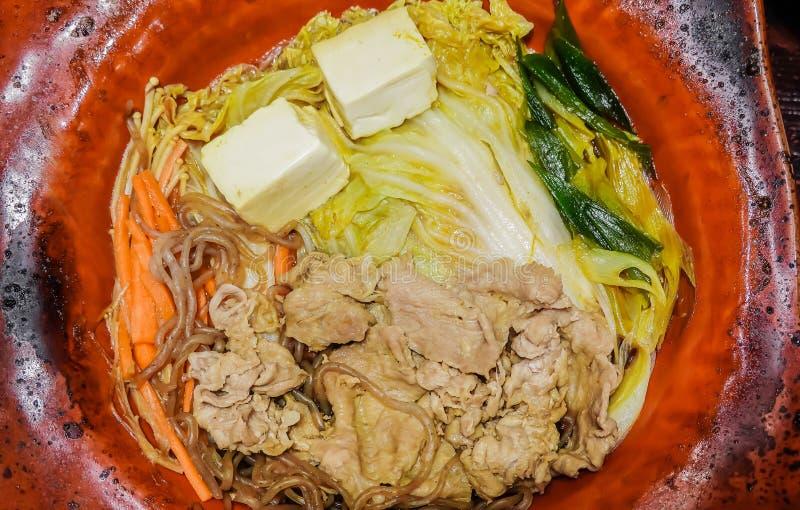 Suka klusek wieprzowina w gorącym talerzu - Japoński jedzenie styl obrazy stock