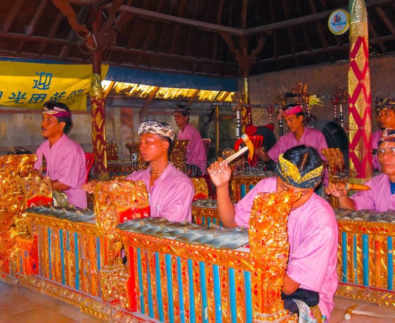 Sukawati, Bali Indonezja, Grudzień, - 28, 2008: Tradycyjni balijczyków muzycy bawić się na muzycznym instrumencie gamelan obraz royalty free