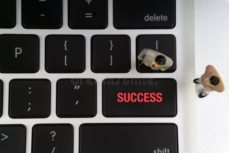 SUKCESÓW wpisowi pisać słowa, laptop i biznesmen, miniaturyzują obraz royalty free