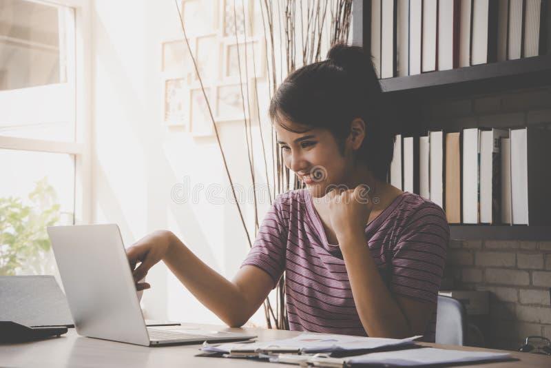 Sukces biznesowa kobieta pracuje na komputerze w domu zdjęcia royalty free
