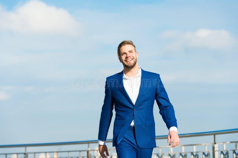 Sukces jego drugi imię Biznesmena pomyślny przedsiębiorca w kostiumu chodzi plenerowego słonecznego dnia nieba tło człowieku zdjęcia royalty free