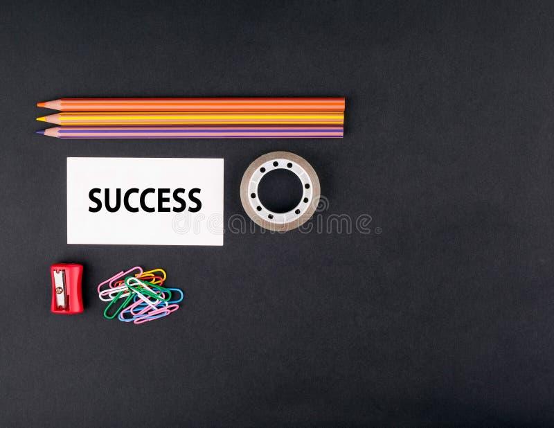 sukces Odgórny widok czarny ofice biurko Barwioni ołówki, busine obrazy royalty free