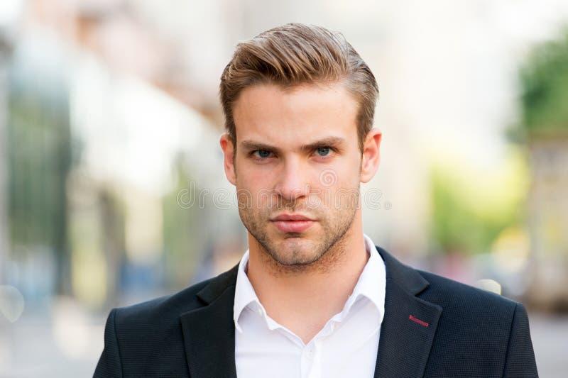 sukces young Biznesmena przystojnego atrakcyjnego urzędnika ufna twarz Mężczyzna dobrze przygotowywający elegancki formalny kosti zdjęcia stock