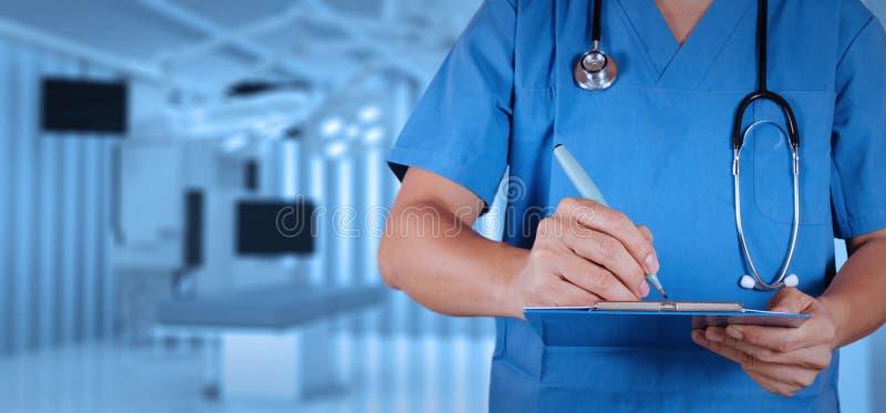 Sukcesu mądrze lekarz medycyny z sala operacyjną obrazy stock