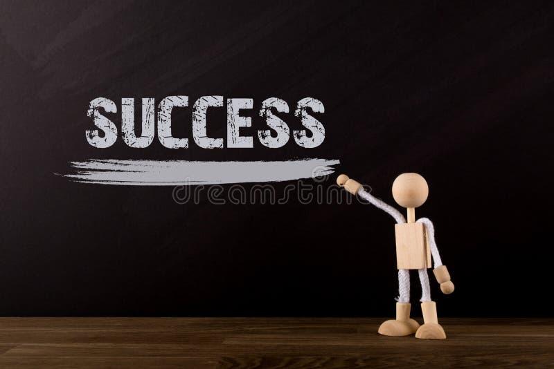 Sukcesu pojęcie, Drewniana kij postać wskazuje słowo sukces na chalkboard fotografia royalty free
