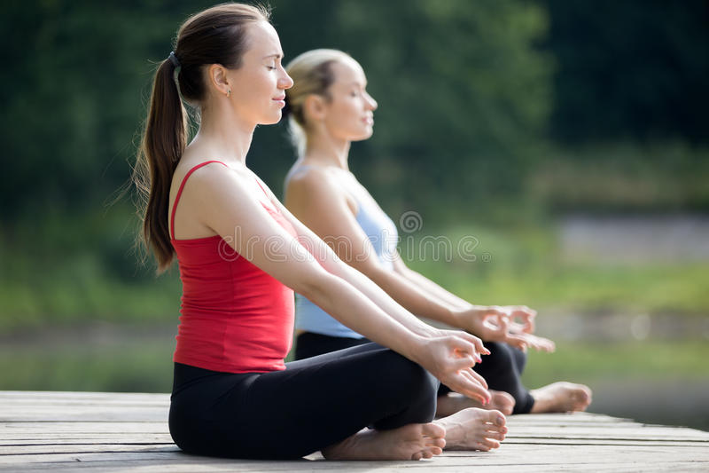 Sukhasana瑜伽姿势 免版税库存照片