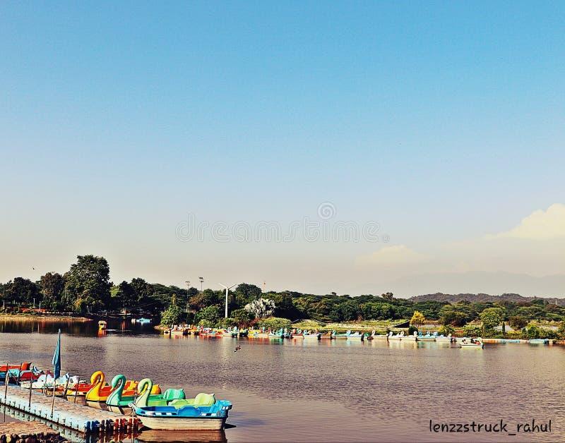 Sukhna-sjön vid den vackra kandigarhen i Indien royaltyfri foto