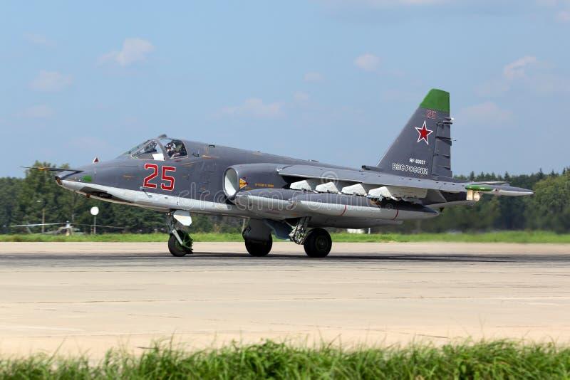 Sukhoi Su-25SM RF-93037 de l'Armée de l'Air russe décollant après modernisation à la base aérienne de Kubinka photo stock