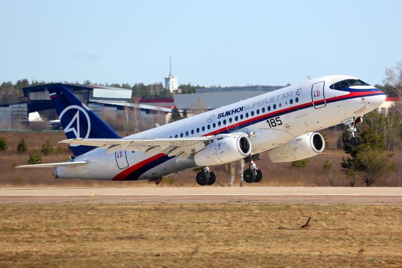 Sukhoi Superjet-100 95003 de executar o voo de ensaio em Zhukovsky imagem de stock royalty free