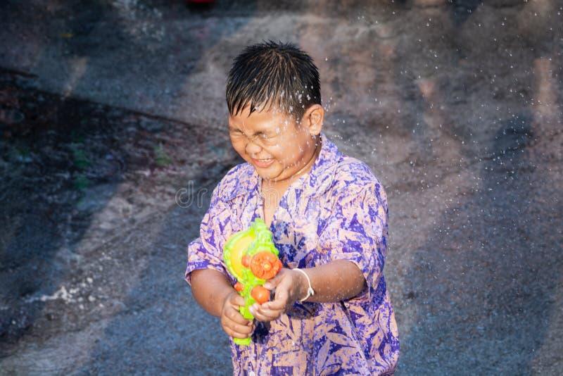 Sukhothai,泰国- 2019年4月15日:射击与水枪的泰国孩子在新年Songkran水节日期间 库存照片