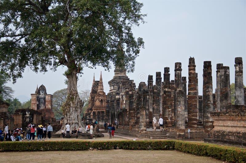 Sukhothai, провинция Sukhothai, Таиланд - 16-ое февраля 2019: Туристы со всего мира рассматривают всемирно известное 13th стоковое фото
