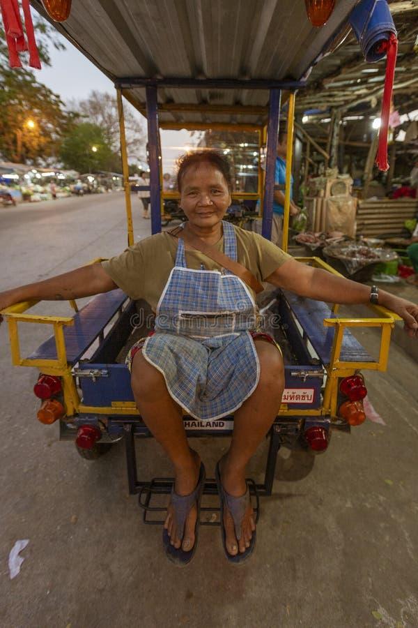 Sukhothai, Tahiland kobieta Siedzi w plecy Patrzeje kamer? taxi - 2019-03-06 - zdjęcia royalty free
