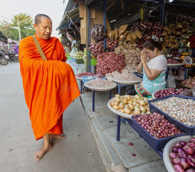 Sukhothai, Tahiland - 2019-03-06 - monaco Gives Blessing ai venditori in cambio dei regali di alimento immagini stock
