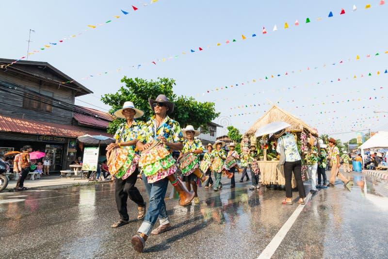 Sukhothai, Tailandia - 14 aprile 2019: Gente tailandese che celebra festival dell'acqua di Songkran del nuovo anno sulla via fotografie stock libere da diritti