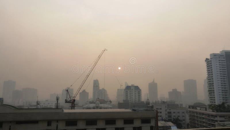 Sukhumvit område i den Bangkok staden som täckas med smog och förorening royaltyfri fotografi