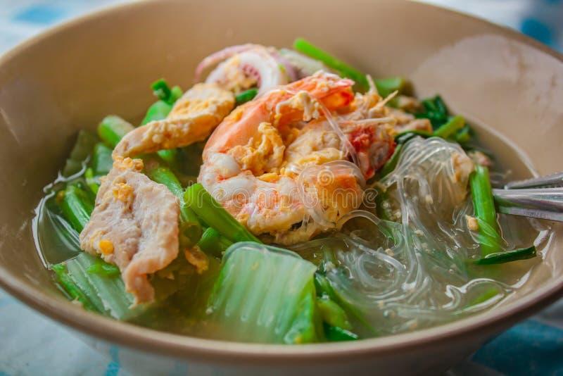 Suki in bouillon Gemengde zeevruchten met vermicelli en groenten royalty-vrije stock afbeeldingen