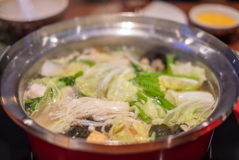 Suki Shabu в овощном супе, японском блюде hotpot nabemono тонко отрезанного мяса и овощах кипеть в воде стоковое изображение rf