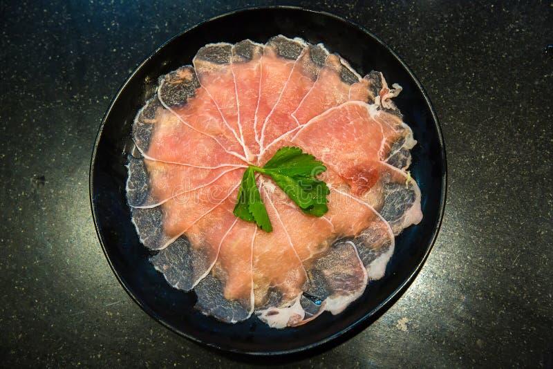 sukiyaki和shabu shabu的被切的猪肉集合 烹调的新鲜的猪肉 煮沸的烹调的肉 成份烹调 库存照片