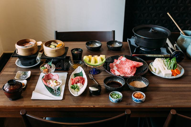 Sukiyaki ajustou incluir a carne rara de Wagyu A5 das fatias, o molho de Shoyu, o melão japonês e os vegetais fotos de stock royalty free