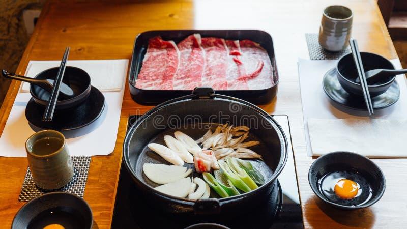 Sukiyaki plaatste: Rundvlees van Wagyu van premie het Zeldzame Plakken met hoog-marmertextuur op zwarte rechthoekplaat, groenten  royalty-vrije stock foto