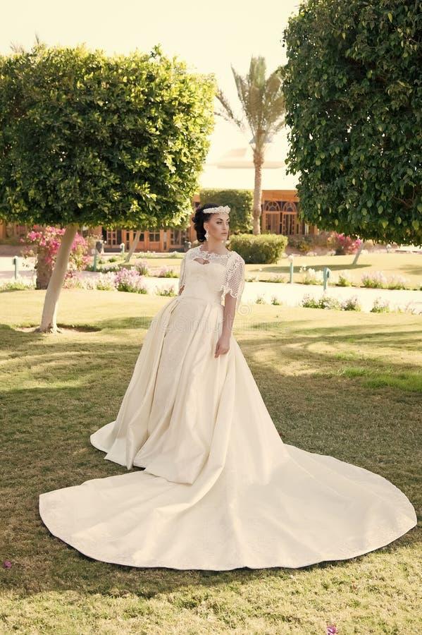 Suknia jej sen Rada i porady od ślubnych zagranica ekspertów Rzeczy rozważają poślubiać za granicą Panna młoda uroczy biel zdjęcia royalty free