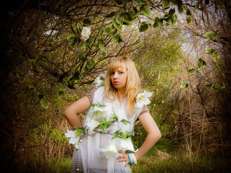 suknia kwitnie dziewczyny biel drewna obrazy stock