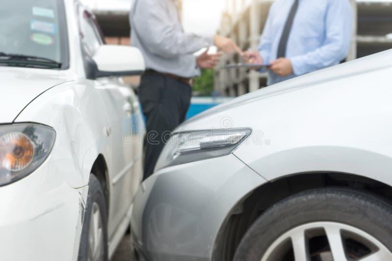 Sul carcrash d'esame dell'agente di assicurazione di incidente stradale della strada immagini stock libere da diritti