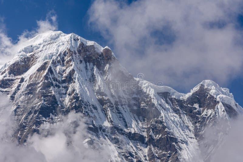 Sul de Annapurna cercado por nuvens de aumentação nos Himalayas fotos de stock royalty free
