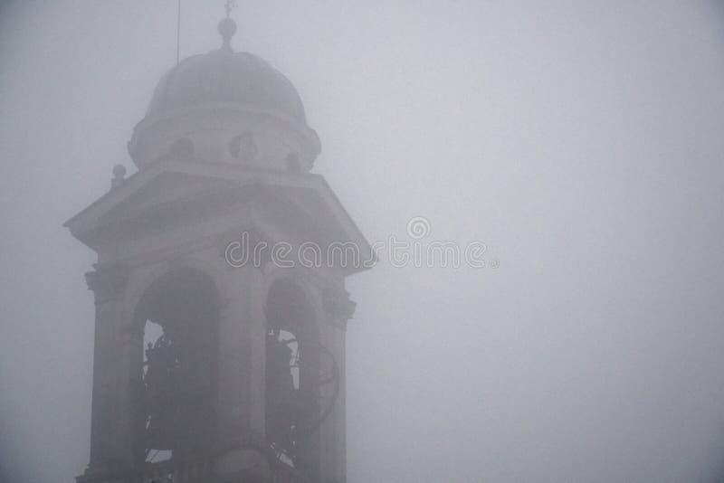 Sul Naviglio Milão de Robecco, Itália, igreja Católica velha: Construção místico no tempo do embaçamento Conceito do horror, fund imagem de stock