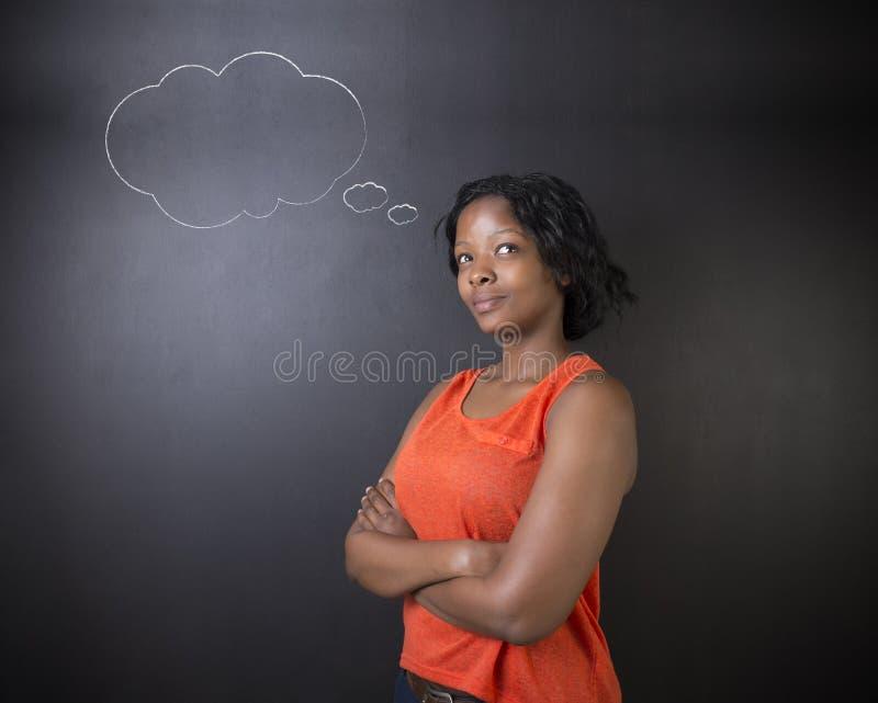 Sul - professor africano ou afro-americano da mulher ou nuvem de pensamento do estudante imagem de stock royalty free