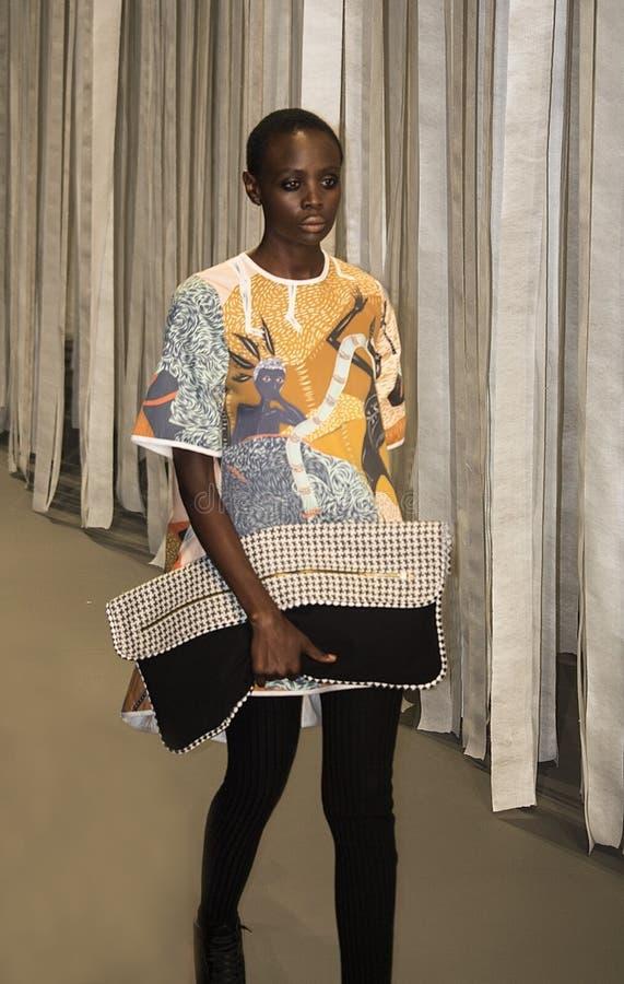 Sul - a semana de moda africana Coleção pela vigília catwalk fotografia de stock