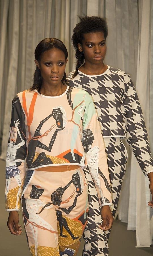 Sul - a semana de moda africana Coleção pela vigília catwalk imagens de stock royalty free