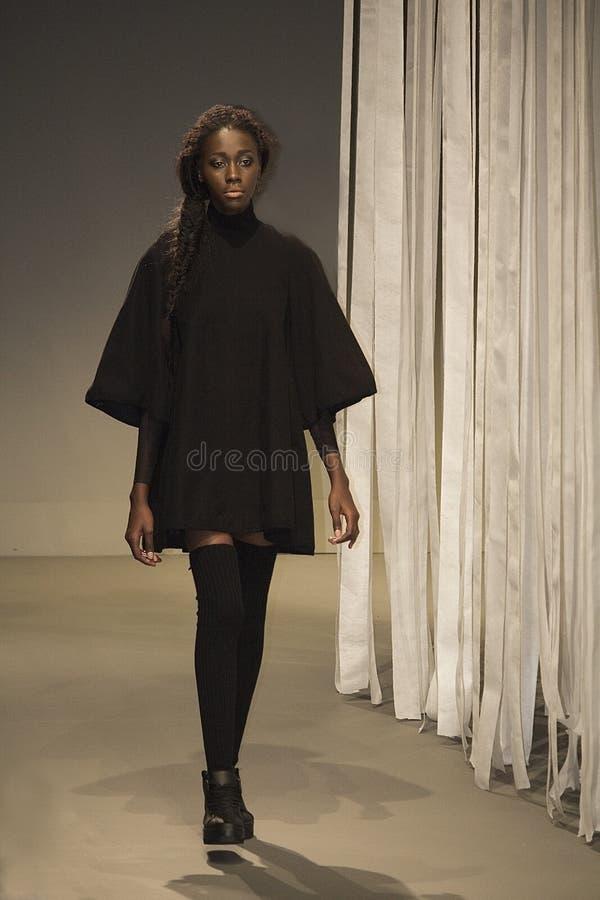 Sul - a semana de moda africana Coleção pela vigília catwalk fotos de stock royalty free
