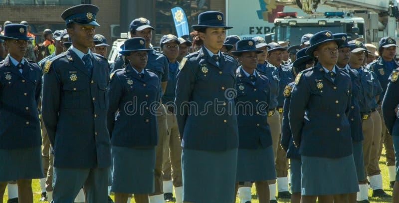 Sul - serviços policiais africanos na parada - na facilidade na arena fotografia de stock