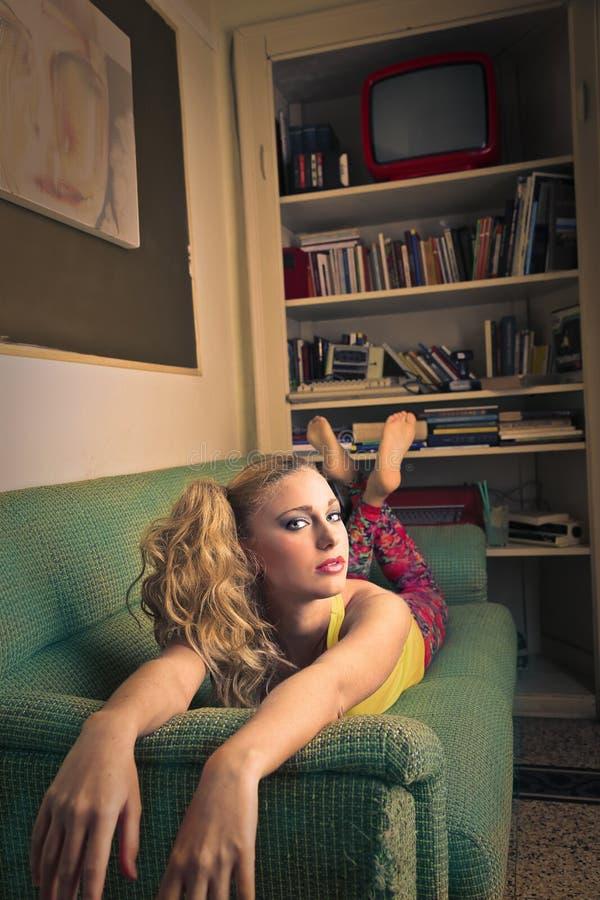 Sul sofà fotografia stock