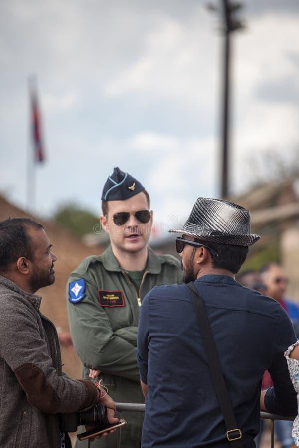 Sul - soldado africano da força aérea que fala aos civis imagem de stock