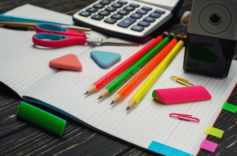 Sul taccuino ci sono penne, le matite, calcolatori immagini stock