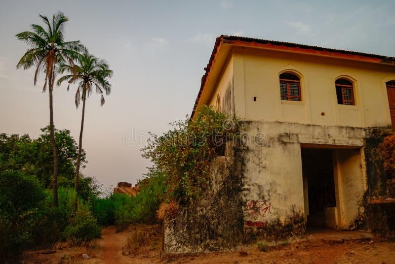 Sul territorio della fortificazione di Cabo de Rama, vicino alla spiaggia di Agonda, stato di Goa fotografie stock