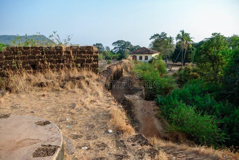 Sul territorio della fortificazione di Cabo de Rama, vicino alla spiaggia di Agonda, stato di Goa fotografie stock libere da diritti