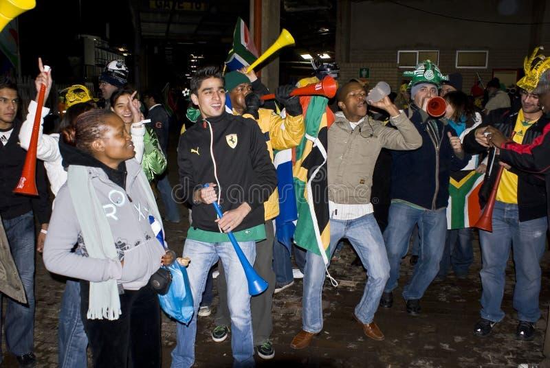 Sul - ventiladores de futebol africanos que comemoram foto de stock