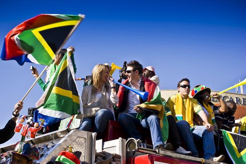 Sul - ventiladores de futebol africanos que comemoram foto de stock royalty free