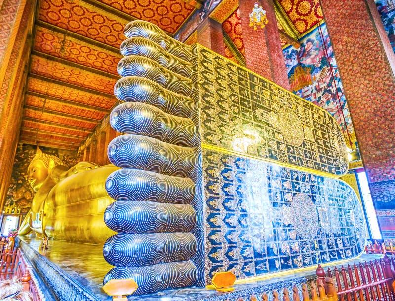 Sular av att vila Buddha i den Wat Pho templet, Bangkok, Thailand royaltyfria foton