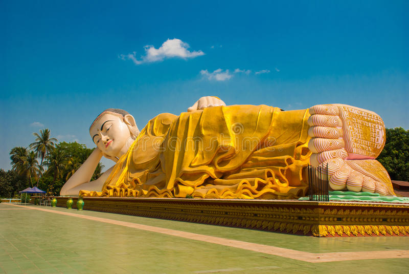 Sular av foten Mya Tha Lyaung Reclining Buddha Bago Myanma burma arkivfoto